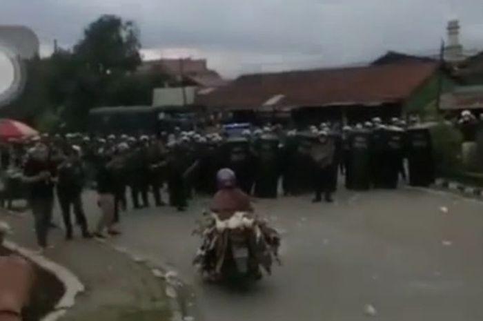 Geger! Amankan demo Cipta Kerja, ratusan anggota polisi dipukul mundur oleh emak-emak ternyata ini sebabnya.