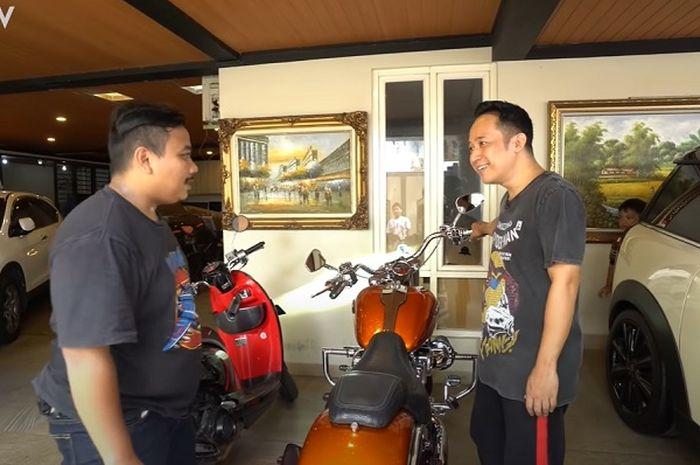 Video kisah artis Denny Cagur yang membeli motor gede (moge) Harley-Davidson cuma gara-gara lagi nunggu macet.