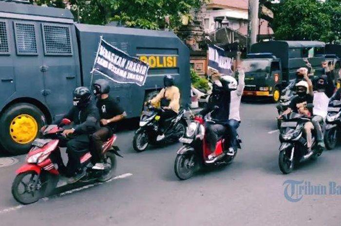 Simpatisan Jerinx membuntuti mobil tahanan tatkala Jerinx dibawa dari rutan Polda Bali Jalan Wr. Supratman ke Jalan Sudirman, Denpasar atau ke PN Denpasar, Selasa (13/10/2020)