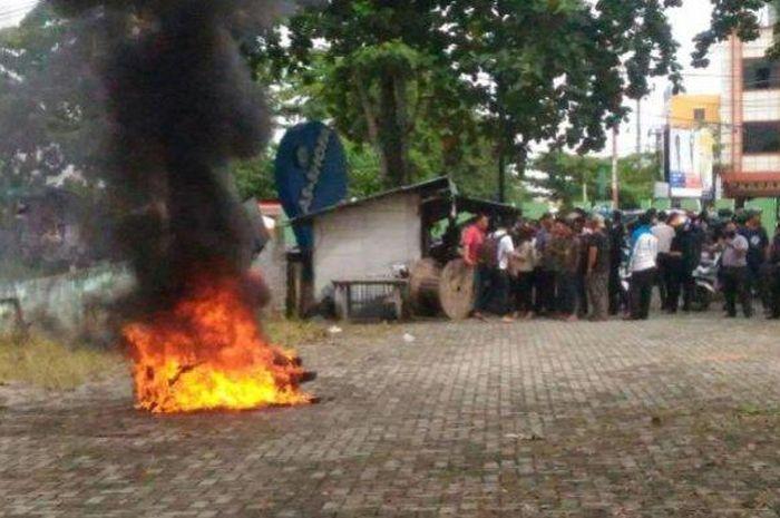 Pekanbaru heboh, 3 bocah kejar dan tabrak penjambret hingga tersungkur, motornya langsung dibakar warga.