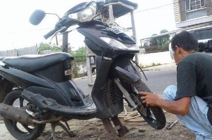 Cuma Rp 5 ribu ban motor jadi anti kempes, bikers waspada berkendara saat musim hujan.