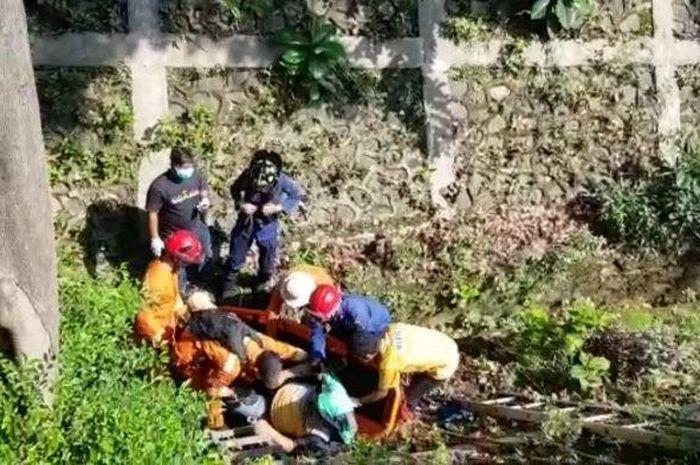 Evakuasi motor NMAX yang tercebur kali di Cilandak