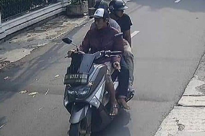 Terekam CCTV penjambret naik Yamaha NMAX gasak HP anak kecil di Kebayoran Lama, Jakarta Selatan