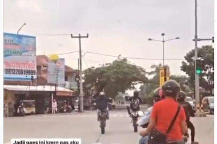 Ngeri! Video emak-emak ambyar terseruduk pemotor trail akibat nekat trabas lampu merah, netizen bela yang wheelie.