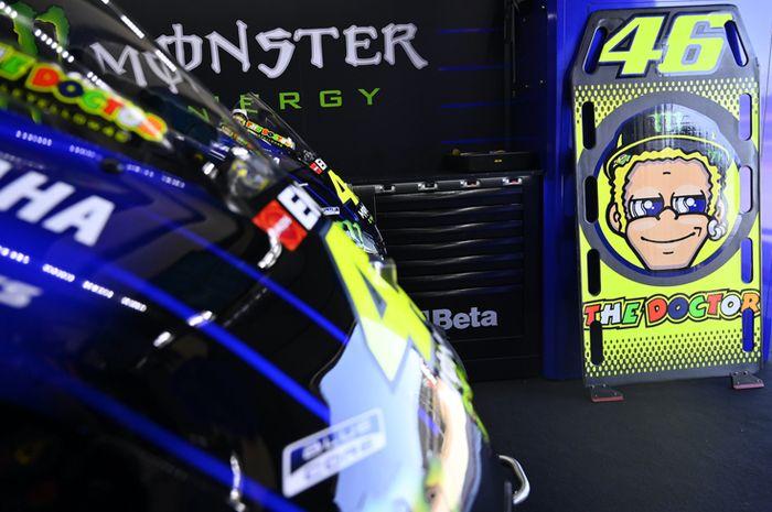 Aneh, MotoGP gak ada Valentino Rossi. Kondisi terakhir Valentino Rossi terinfeksi Covid-19 sudah mulai membaik dan disebut-sebut bisa ngegas lagi di MotoGP Eropa November nanti