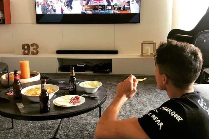 Marc Marquez menonton MotoGP sambil nyemil keripik