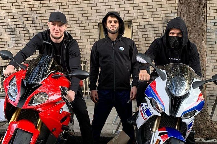 Resmi pensiun dari ajang tinju bebas demi sang Ibu, Khabib Nurmagomedov pernah berpose di atas motor sport ini
