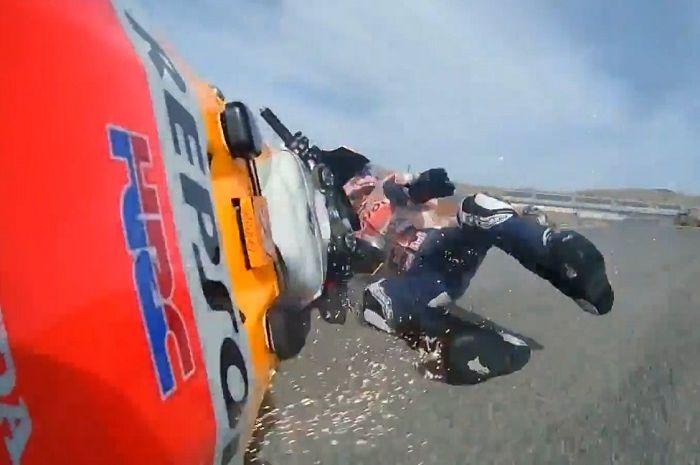 Panas, Alex Marquez mendadak tuding Johann Zarco biang kerok dirinya tersungkur di MotoGP Teruel Minggu kemarin.