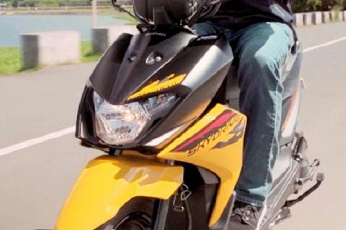 Wih motor matic terbaru penantang Honda BeAT sudah dirilis harganya murah, fitur canggih pakai setang telanjang.