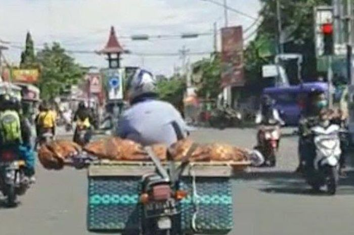 Pemotor yang membawa jenazah ibunya di jok belakang motor