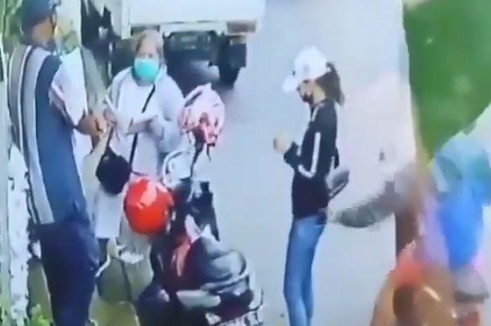 Seorang maling menggasak hp dari kantong celana cewek