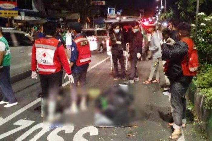 Gara-gara main hp sambil berkendara, pemotor tewas meregang nyawa setelah tabrak median jalan.