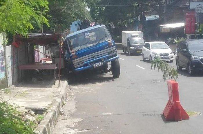 Truk trailer dengan nomer polisi B 9154 BPA amblas di Jalan Padi, Kecamatan Bogor Timur, Kota Bogor, Selasa (3/11/2020).