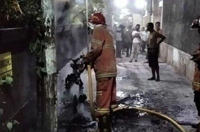 Sebuah motor mendadak terbakar di sebuah gang pada Rabu (4/11/2020) malam, diduga milik pedagang cilok.