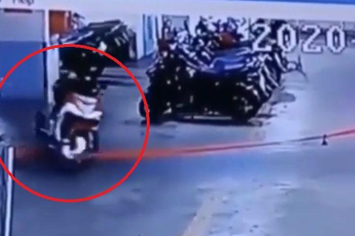 Video motor parkir sendiri
