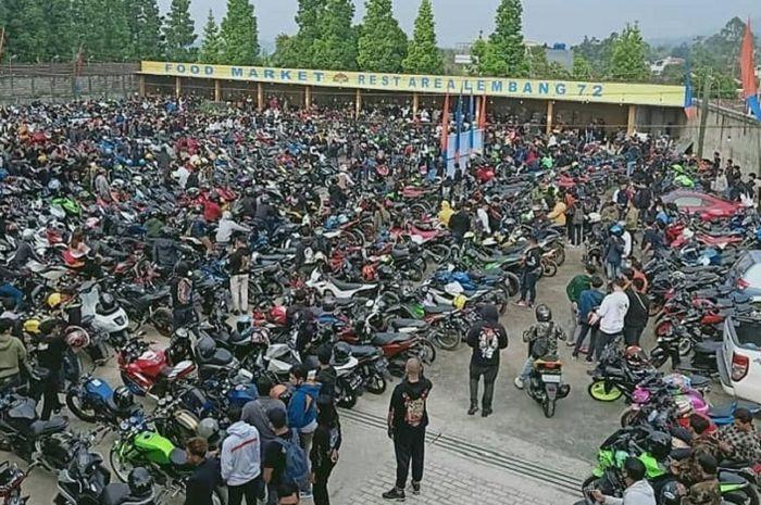 Ratusan bikers tumpah ruah di Rest Area 72 Lembang, Bandung Barat, Polisi langsung turun tangan bubarkan komunitas motor, Minggu (9/11/2020).