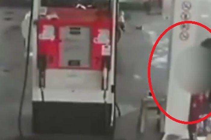 Seorang perampok berseragam ojol menodongkan pistol ke petugas SPBU