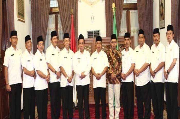 Kepala Satpol PP Kabupaten Pasuruan, Bakti Jati Permana (paling kiri).