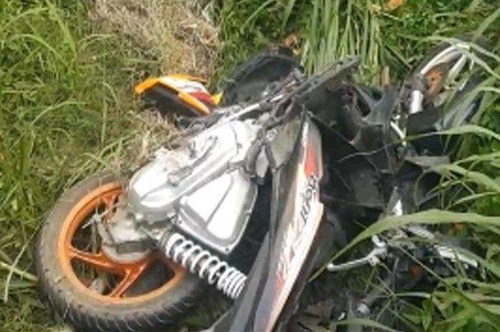 Miris, Honda BeAT dipakai boncengan empat orang ceroboh, mau nyalip mobil malah senggolan, satu boncenger tewas!