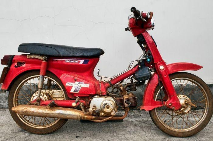 Honda C70 yang karatan karena sudah mangkrak puluhan tahun