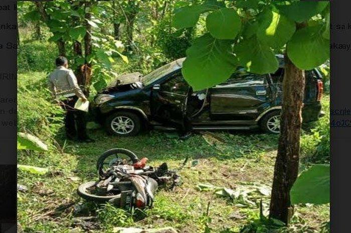 Honda Supra X dihantam Daihatsu Xenia sampai masuk hutan.