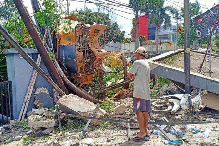 Truk tanah tabrak pos satpam, pohon, dan 3 motor di Jalan Soreang Kopo, Kabupaten Bandung, Selasa (8/12/2020)