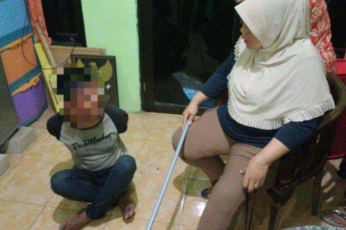 Maling motor ditangkap emak-emak di Cengkareng, Jakarta Barat pakai gagang sapi,  Senin (7/12/2020)