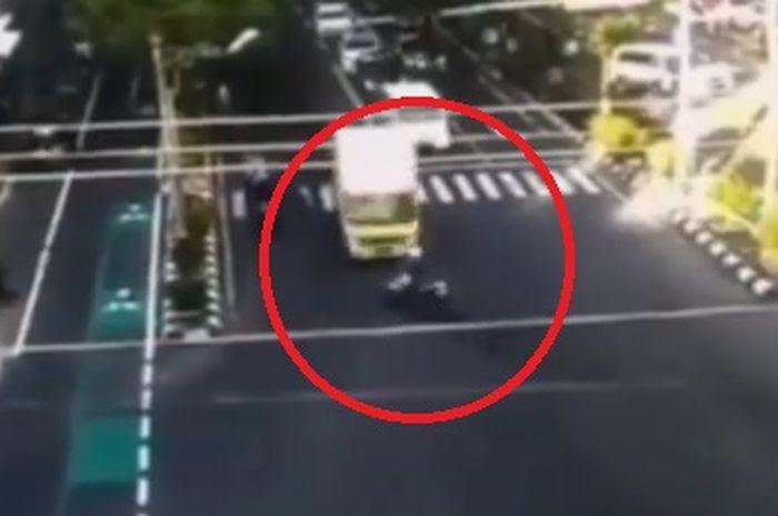 Kecelakaan antara truk boks dan pemotor