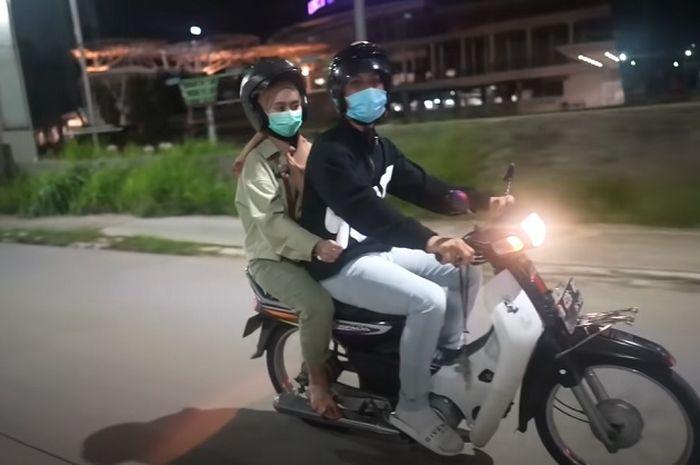 Untuk membuktikan kalau bahagia itu sederhana, artis Rizky Billar ajak Lesti Kejora naik Honda Astrea Legenda.
