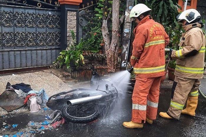 Motor terbakar di depan rumah warga di daerah Duren Sawit, Jakarta Timur, Senin (28/12/2020)
