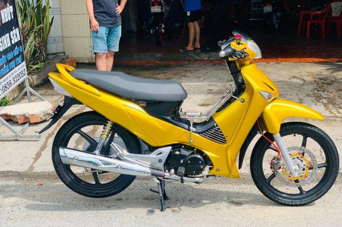 Modifikasi motor Honda Supra X 125 dengan kelir bodi full emas plus aksesoris mewah.