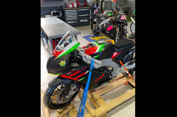Udah gede, pembalap MotoGP Aleix Espargaro dapat mainan motor balap Aprilia RS 250 SP senangnya udah kayak anak-anak