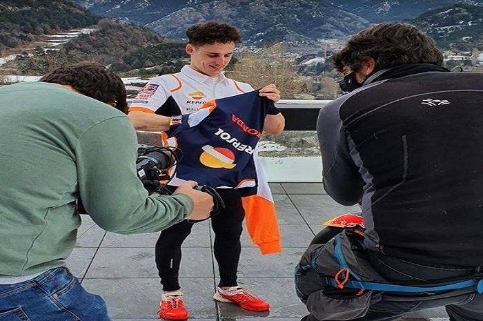 Mantul, Pol Espargaro pamer baju baru dari tim Repsol Honda jelang MotoGP 2021, dapet ucapan spesial segala!