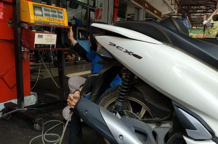 Gak lolos bisa kena denda Rp 250 ribu, catat bro lokasi dan jadwal uji emisi motor gratis.