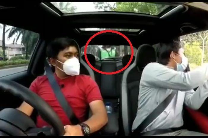 Fokus main hp sambil berkendara motor, seorang driver ojek online (ojol) tabrak mobil berhenti lalu melarikan diri.