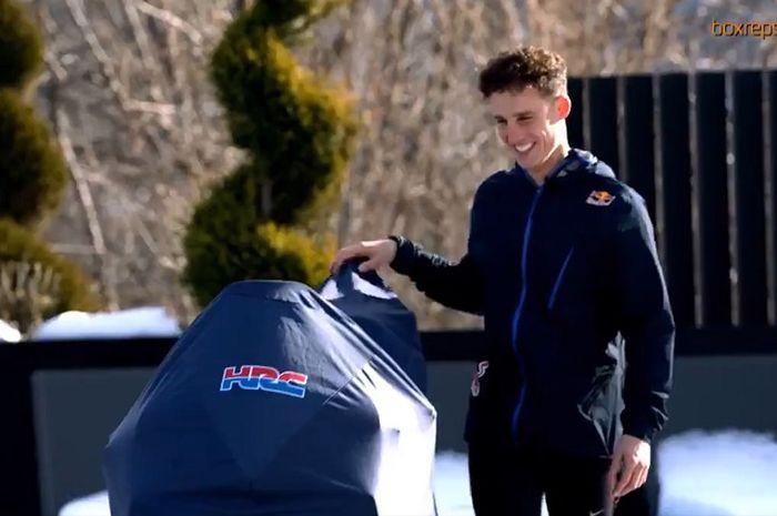 Selain baju baru, pembalap asal Spanyol, Pol Espargaro mendapatkan kejutan lagi dari tim barunya, Repsol Honda.