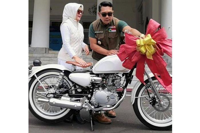 Ridwan Kamil beri kado motor Kawasaki W175 buat Bu Cinta