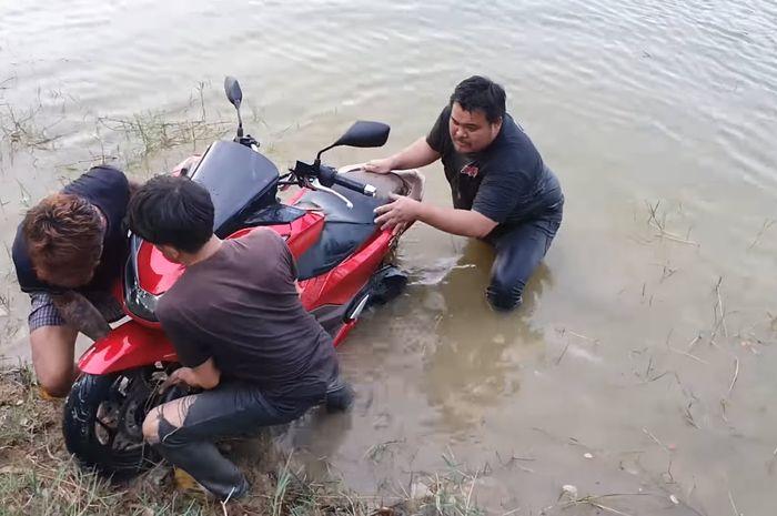 Motor Honda PCX 160 2021 dites lewati air sungai