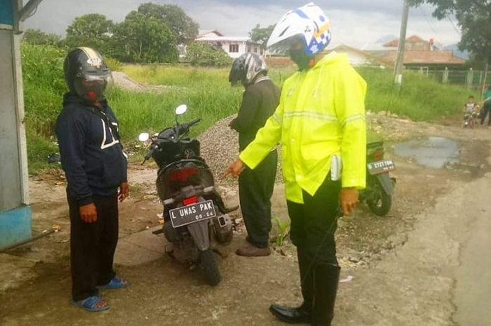 Polisi tilang pemotor Honda Vario 150 pakai plat nomor nyeleneh di Bandung, Senin (1/11/2021)