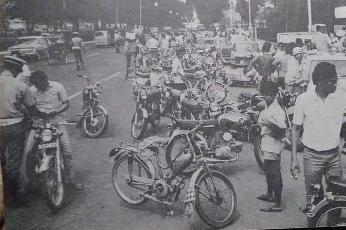 Jadul keren, puluhan motor terjaring razia polisi di Jakarta sekitar tahun 1970-an.