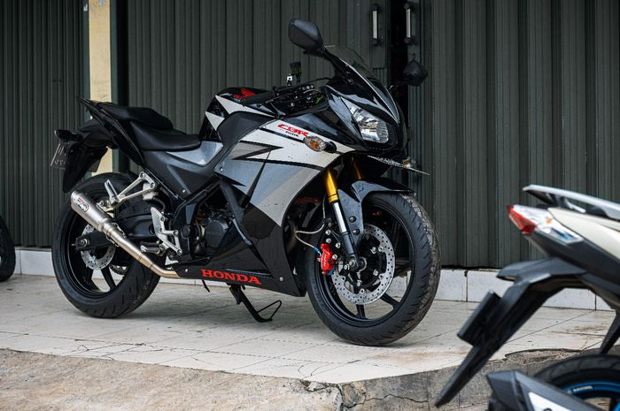 Modifikasi motor Honda CBR150R lama, telan upside down Yamaha R15 plus pelek lebar.