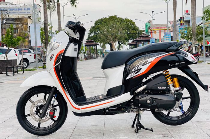Meski minimalis, modifikasi motor Honda Scoopy ini pasok aksesoris berkelas.