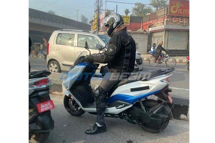 Motor listrik Suzuki Burgman Electric dites di jalan, siap jegal Honda PCX Electric?