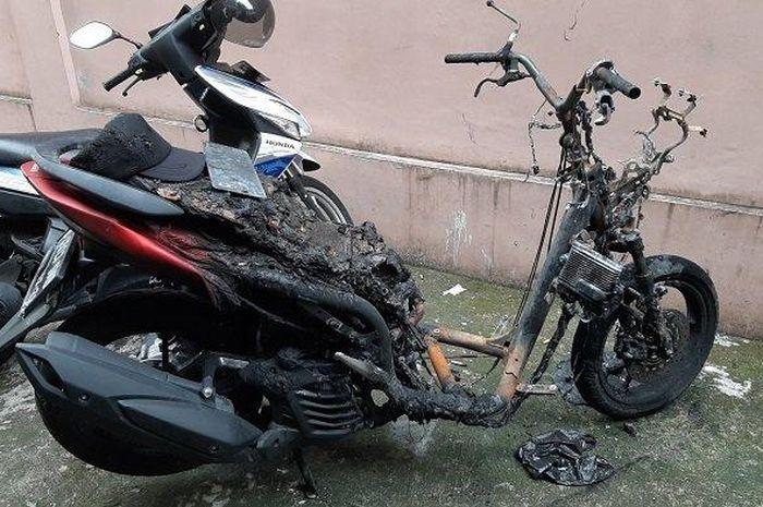 Maling motor panik langsung kabur setelah motor matic Yamaha Lexi incarannya tiba-tiba terbakar di Radio Dalam, Jakarta Selatan.