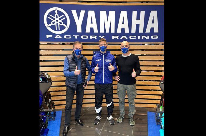 Penampakan pengganti Valentino Rossi di tim Yamaha pabrikan Fabio Quartararo (tengah) didampingi Lin Jarvis (kiri) dan Massimo Meregalli (kanan) di Gerno di Lesmo Italia