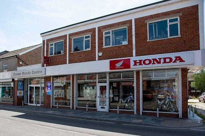 Dealer motor Honda disulap jadi tempat vaksinasi Covid-19.
