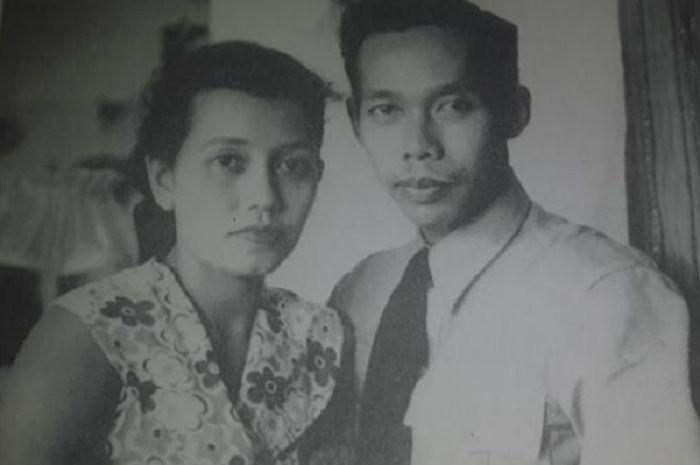 Jenderal Hoegeng Imam Santoso bersama istrinya Merry Roeslani.