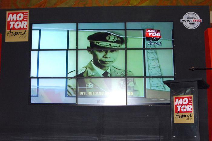 Layar video pemutaran profil singkat Kapolri Jenderal Hoegeng saat penyerahan Lifetime Achievement MOTOR Plus Award 2018, sebagai tokoh pertama yang mencetuskan wajib helm