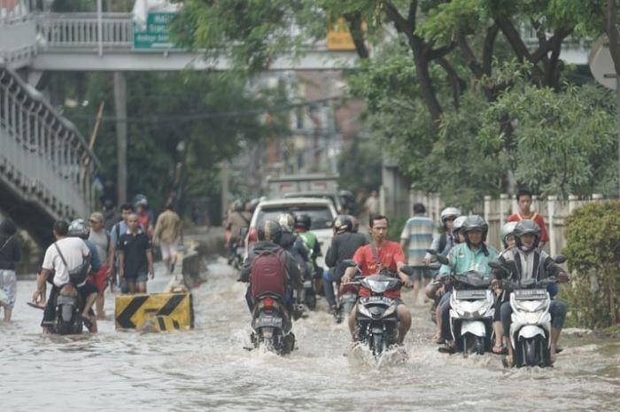 Ilustrasi motor terobos banjir. BMKG peringatkan 5 provinsi di pulau Jawa berstatus siaga banjir.