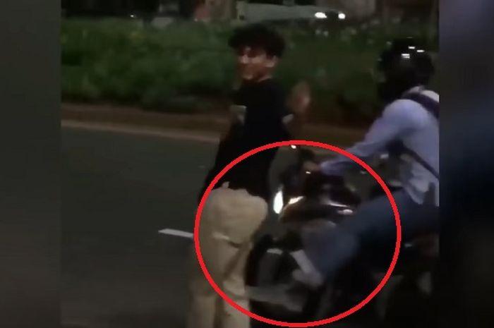 Viral video seorang pemotor yang mengeluarkan jurus tendangan kungfu ke anak skateboard yang bermain di tengah jalan.